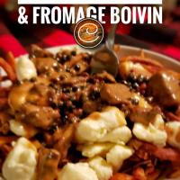"""Poutine gourmande de filet mignon, sauce aux poivres & fromage Boivin: """"Made in Québec""""..."""